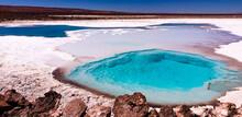 Laguna De Sal Con Fuertes Colores Azules