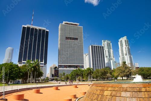 Canvastavla MIAMI, FL - FEBRUARY 2016: Modern city buildings along Biscayne Boulevard on a w