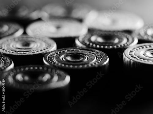 Carta da parati Black and white studio shot of backgammon figures