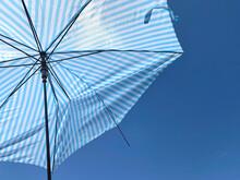 強風で骨が折れた傘