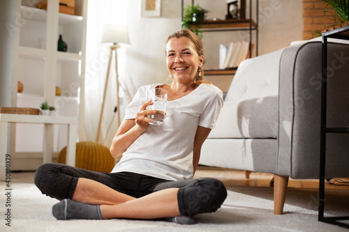 Valokuva Girl holding a glass of water. Smiling girl drinking water.