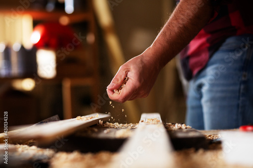 Canvas-taulu Young male carpenter working in workshop