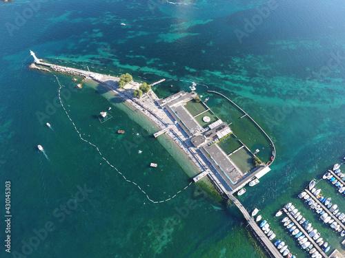 Vue aérienne des Bains des Pâquis à Genève -  Les Bains des Pâquis en été Fotobehang