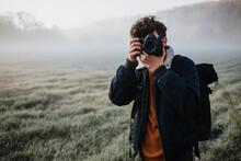 Junger Fotograf Fotografiert Morgens Eine Neblige Landschaft