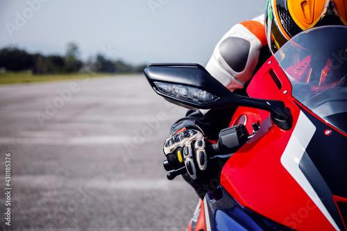 motocykl jeźdźca na drodze jadącej z miękkim skupieniem i światłem w tle