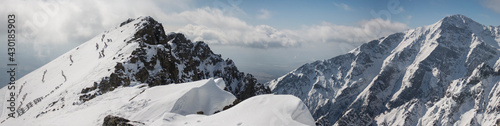 Górska panorama, góry, szczyty, góry, strome góry, skały, śnieg, chmury,