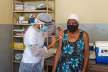 Mulher Idosa Recebe Segunda Dose De Vacina Contra Covid 19 Na Zona Rua De Guarani, Minas Gerais, Brasil