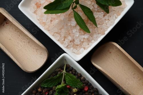 Fototapeta kuchnia przyprawy pieprz ziarnisty kolorowy sól kamienna różowa obraz