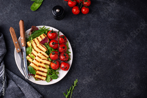 Canvastavla Vegetable salad with grilled halloumi cheese