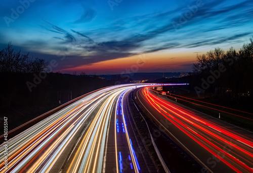 Autobahn Sauerlandlinie Hagen Lüdenscheid A45 Kurve Deutschland Blaulicht Unfall Polizei Feuerwehr Verkehr Abend Himmel Dämmerung blaue Stunde Farbverlauf EInsatz Geschwindigkeit Spuren Ruhrgebiet  - fototapety na wymiar