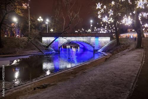 Canvastavla Night winter view of the Alexander bridge in Bastion Hill town park in Riga (Latvia)
