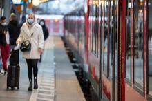 Frau Mit Koffer Und Maske Zum Schutz Vor Corona Am Bahngleis Im Hauptbahnhof Köln Bei Der Einfahrt Des Zuges