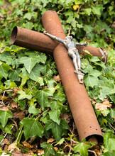 Croix Tombale Renversée Dans Le Cimetière De Fanjeaux, Aude, France