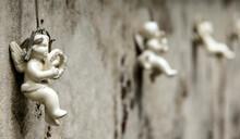 Angelots Suspendus à Une Tombe D'enfant à Fnjeaux, Aude, France