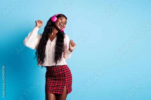 Photo Photo of beautiful afro american woman wear plaid short skirt white jumper liste