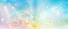Liegender Engel In Irisierenden Farben, Entspannt Eingebettet In Ein Strahlendes Feld Leuchtenden Lichts, Symbolisiert Hoffnung Und Vertrauen, Dass Alles Gut Ist