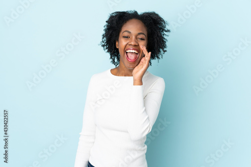 Young African American woman isolated on blue background shouting with mouth wid Tapéta, Fotótapéta