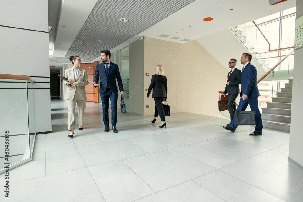 Fotografie, Obraz Office corridor full of business people