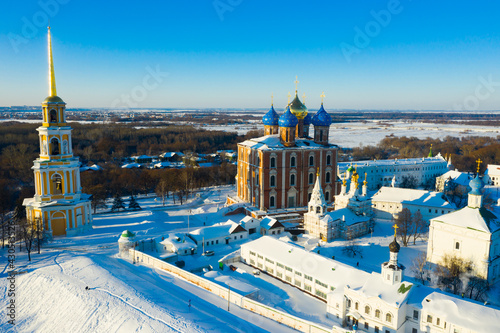 Foto Scenic aerial view of architectural complex of ancient Ryazan Kremlin on sunny w