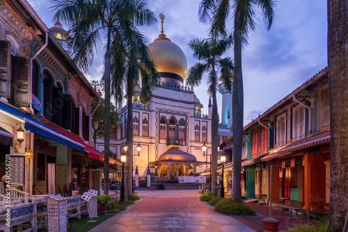 Fotografía Illuminated Arab street and Masjid Sultan Mosque with no people during city lock down at Kampong Glam, Singapore