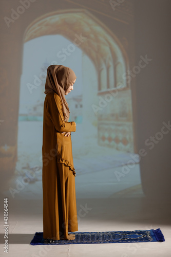 Papel de parede Muslim woman in red hijab dress standing and praying alone