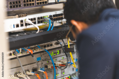 Fotografering The system administrator is checking network server
