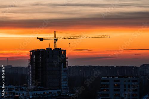 żuraw wieżowy budownictwo Warszawa deweloper zachód słońca
