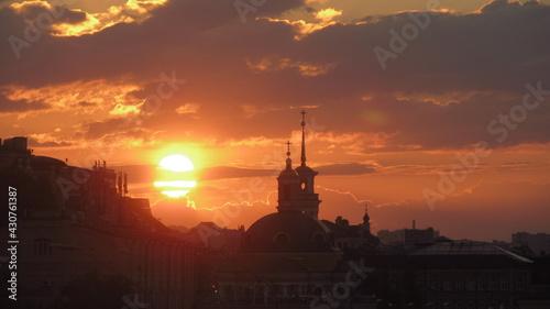 Fototapeta Zachód słońca nad wieżami w Kijowie, Ukraina obraz