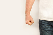 Hombre Caucásico Enojado Y Agresivo Que Amenaza Con El Puño Cerrado. Vista De Frente Y De Cerca. Copy Space. Concepto: Violencia