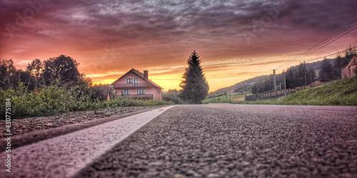 Zachód słońca nad domem - fototapety na wymiar