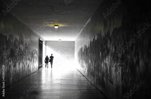 Obraz na plátně personas paseando pareja por un tunel subterraneo 6857-as21