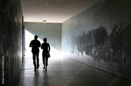 Fototapeta personas paseando pareja por un tunel subterraneo 6858-as21