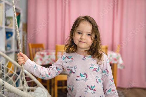 Dziewczynka w piżamie.  - fototapety na wymiar