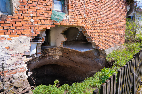 Photo A sinkhole at the foot of the house after the earthquake