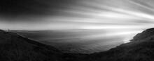 Paysage Sombre , Luminosité Sur Panorama , Mer Et Croix