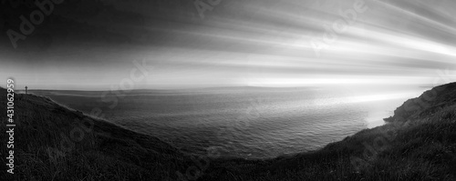 Fotografia paysage sombre , luminosité sur panorama , mer et croix