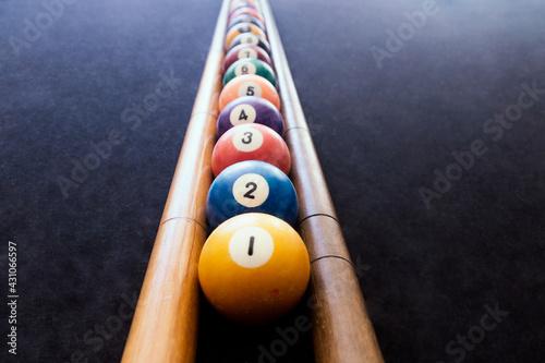 Cuadros en Lienzo Colored billiard balls arranged in numerical order on the billiard table