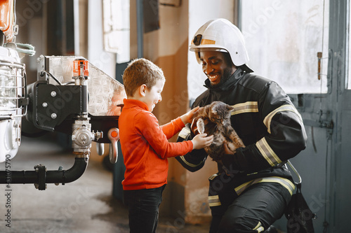 Portrait of a firefighter standing in front of a fire engine Fototapet