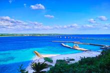 真夏の宮古島。来間島の松の木展望台から見た来間大橋と来間港の景観