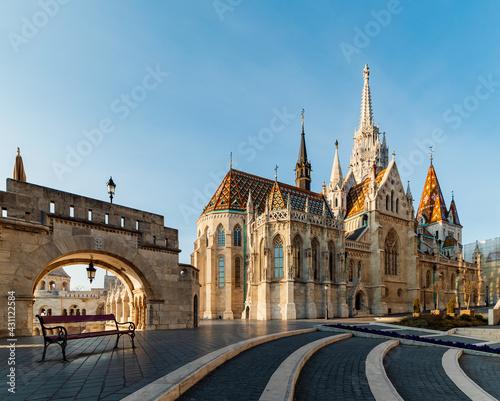 Foto Roman Catholic Matthias Church and Fisherman's Bastion in Early Morning in Budap