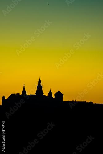 Wschód słońca sylwetka Wawelu widziane z Błoń  - fototapety na wymiar