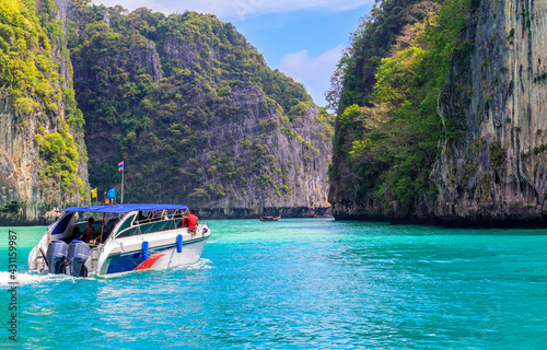 Papel de parede Speed boat moving at Phang-nga bay national park Thailand view from boat