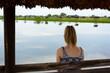 Dziewczyna na ławce nad jeziorem
