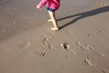Fototapeta Fototapety z morzem do Twojej sypialni - Plaża dziecko morze bałtyckie