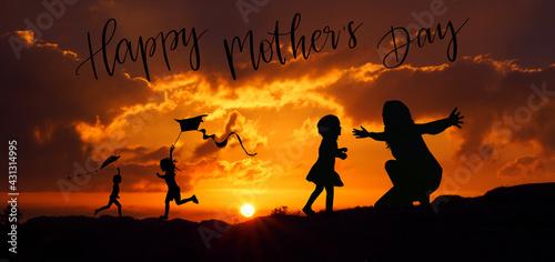 Sylwetka matki i dzieci na tle zachodzącego słońca, dzień matki - fototapety na wymiar