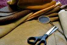 Zdjęcie Przedstawiające Tkaniny Dekoracyjne Z Dodatkami Krawieckimi