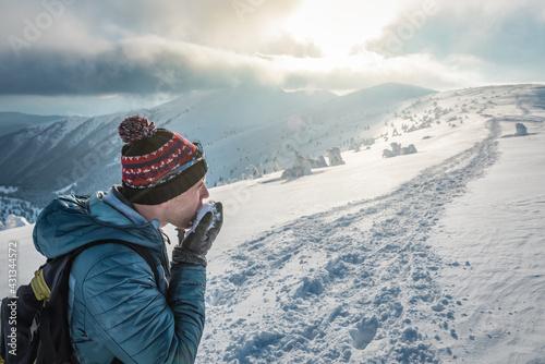Fotografia, Obraz thirsty hiker eats snow