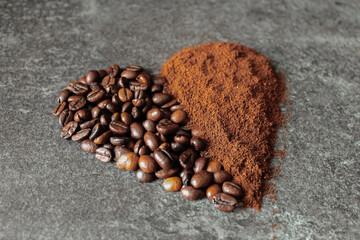 Serce z ziaren kawy na blacie.