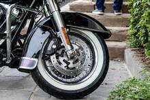 Ruota Di Motocicletta Cromata Custom, Con Dettaglio Di Pneumatici E Freni A Disco Di Lusso. Libertà Di Viaggiare All'aria Aperta.