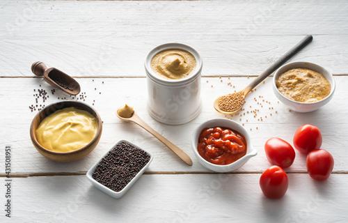 Valokuva Senf und Ketchup sowie Senfkörner und frische Tomaten